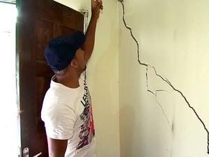 Chuva causa prejuízos em casas na cidade de Luís Eduardo Magalhães (Foto: Muller Nunes/TV Oeste)