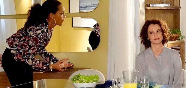 Lygia fica chocada e amizade sofre um abalo (Foto: Cheias de Charme / TV Globo)
