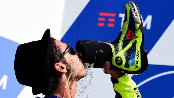 Valentino Rossi shoey misano (Foto: Reprodução)