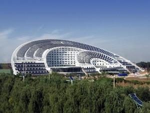 BRILHO CHINÊS Sede da Himin Solar, uma das maiores empresas de aquecimento solar da China – e do mundo. As placas no telhado geram 30% da eletricidade do prédio (Foto: Liang baohai/AP)