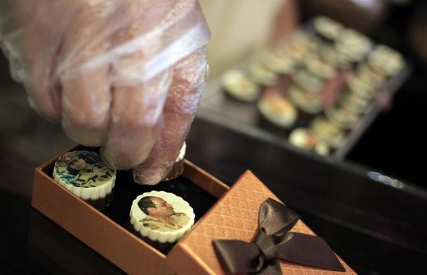 Chocolates decorados com a imagem do general Abdel-Fattah el-Sissi, ministro da defesa do Egito (Foto: Khalil Hamra/AP)