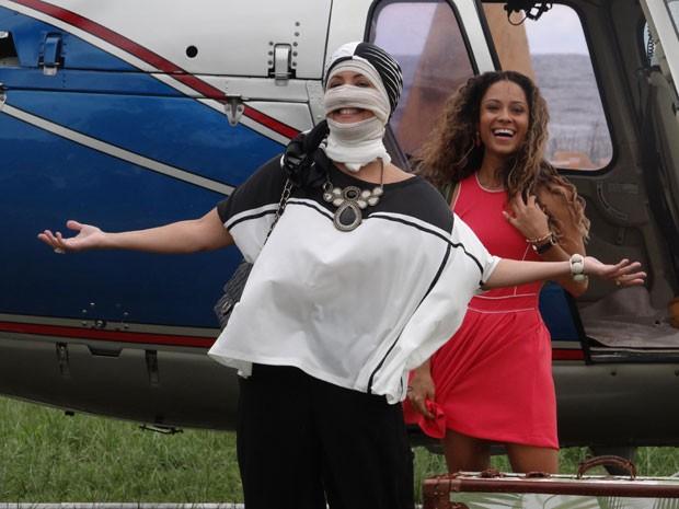 Cládia Netto e Cinara Leal eram só risos durante aterrissagem (Foto: Flor do Caribe/TV Globo)