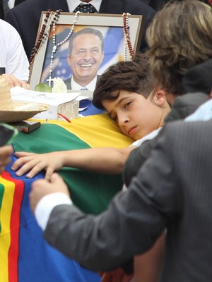 Filho de Campos abraça o caixão  do pai durante velório no Recife (Márcio Fernandes/ Estadão Conteúdo)