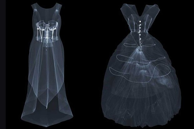 "X-rays of ""La Tulipe"" evening dress in silk gazar by Balenciaga for EISA, Spain, 1965; and an evening dress in silk taffeta by Cristóbal Balenciaga, Paris, 1954. X-rays by Nick Veasey, 2016 (Foto: © NICK VEASEY)"