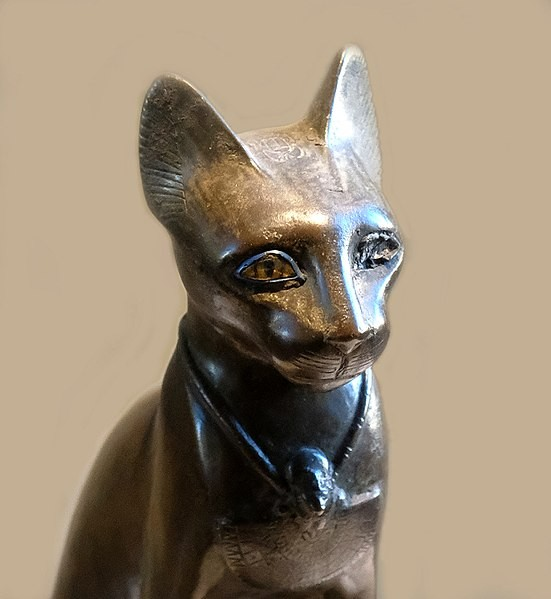 Estátua de Bastet no Museu do Louvre, em Paris  (Foto: Mbzt/ Wikimedia Commons)