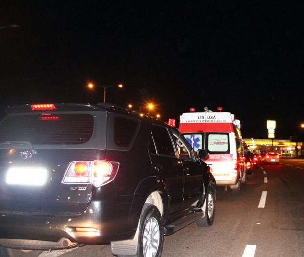 Ambulância de Angelica e Luciano Huck deixa hospital (Foto:  Fernando Antunes / Campo Grande News / AgNews)