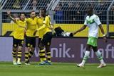Hummels tem dia de Judas, Dortmund goleia e ainda sonha com o Alemão