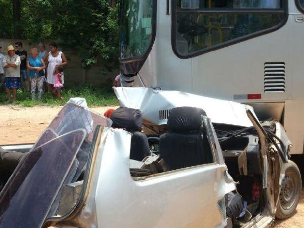 Acidente entre carro e ônibus coletivo deixa feridos em Mairinque (Foto: Divulgação/ São Roque Notícias)
