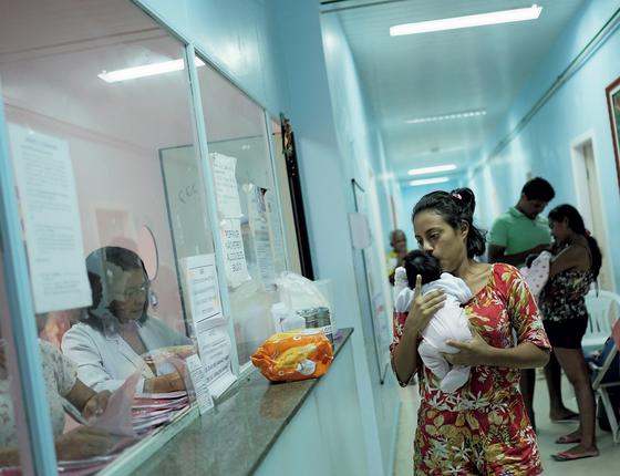 Andrea leva seu bebê a hospital : em seu país,morre-se nos hospitais pela falta do básico (Foto:  Nacho Doce/REUTERS)