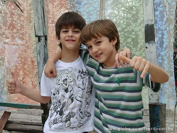 Lucas e Vitor aproveitam intervalos de gravações para brincar (Foto: Flor do Caribe / TV Globo)