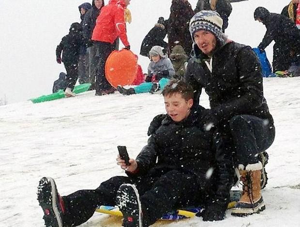David Beckham brinca na neve com os filhos (Foto: Reprodução)