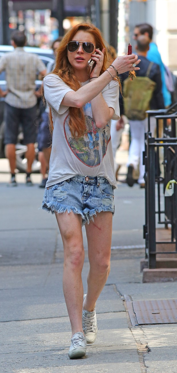 Lindsay Lohan exibe machucado em sua perna  (Foto: AKM-GSI / AKM-GSI)