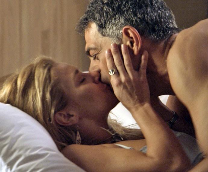 Orlando trai Nelita com a ex-mulher (Foto: TV Globo)