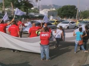 Aeroviários param o trânsito perto do Santos Dumont (Foto: Reprodução/Globonews)