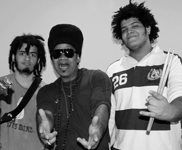 Carlinhos Brown se diverte ao lado de filhos (Foto: Arquivo Pessoal)