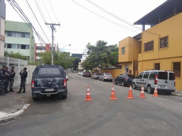 Movimentação em frente ao Gaecco, em Vila Velha. Operação em relação à greve da PM (Foto: Diony Silva/ CBN Vitória)