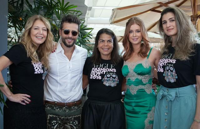 Da esquerda para a direita: Donata Meirelles, Bruno Gagliasso, Daniela Falcão, Marina Ruy Barbosa e Barbara Migliori (Foto: Vogue Brasil)