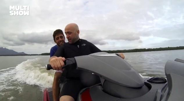 Paulo Gustavo e Pedro Scooby se divertem de jet ski em Vitria (Foto: Reproduo)