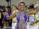 Milena Nogueira usa macacão com transparências em ensaio no Rio
