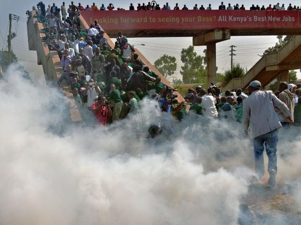 polícia usa gás Quênia protesto crianças (Foto: Tony Karumba/AFP)