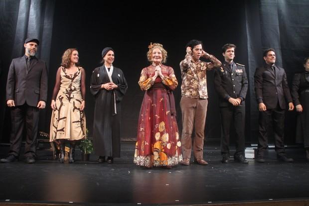 Glória Menezes no palco com Arlindo Lopes, Angela Dip, Antonio Fragoso e Elisa Pinheiro (Foto: Thyago Andrade / Foto Rio News)