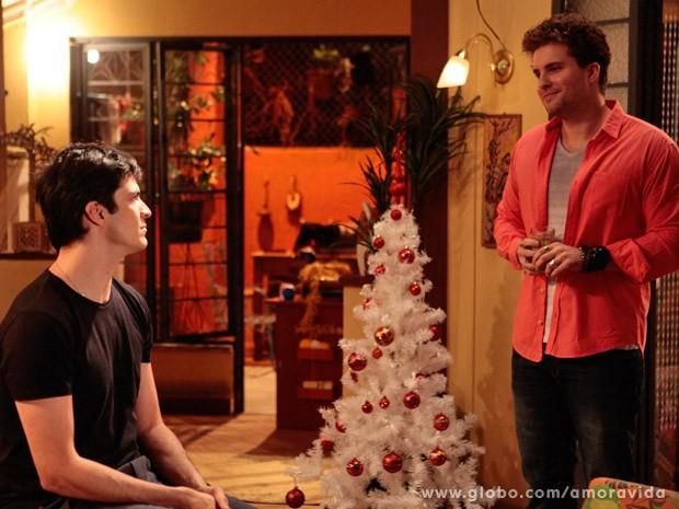 Niko convida Félix e Márcia para passar Natal em sua casa (Foto: Pedro Curi/ TV Globo)