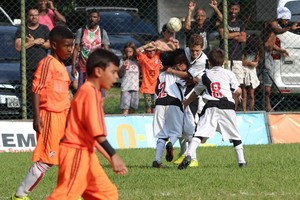 Garotada do sub-08 festeja gol contra o Fluminense na decisão do estadual (Foto: Carlos Gregório Jr/ Vasco.com.br)