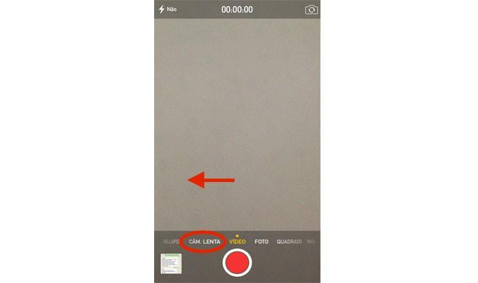 Deslize o dedo da direita para a esquerda, como indica a imagem, até chegar no modo Câmera lenta (Reprodução/ Gabriella Fiszman)