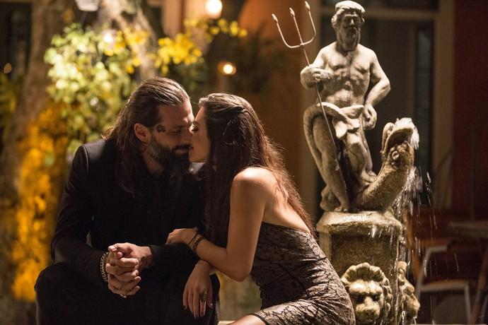 Ralf e Milena assumem romance no dia da boda de Gaetano e Gepina (Foto: Ellen Soares/Gshow)