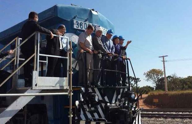 Presidente Dilma Rousseff andou de locomotiva na inauguração da Ferrovia Norte-Sul, em Anápolis, Goiás (Foto: Wildes Barbosa/O Popular)