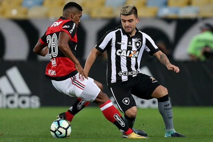 Berrío e Victor Luis em Flamengo x Botafogo pela Copa do Brasil (Foto: Vitor Silva / SS Press / Botafogo)