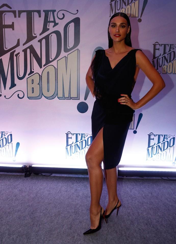 Débora Nascimento escolheu look todo preto com decote e fenda (Foto: Inácio Moraes / Gshow)