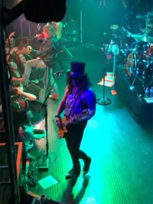Axl Rose e Slash se apresentam juntos após 20 anos (Foto: Reprodução/Youtube)