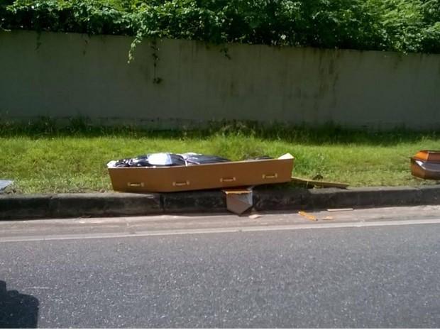 Carro de funerária é atingido por veículos e caixões com corpos vão parar em pista na rodovia Arthur Bernardes, em Belém. (Foto: Arquivo pessoal/G1)