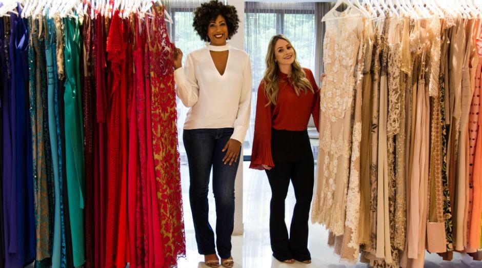 À esquerda, Nathalia Oliveira e à direita Thatiana Risques, fundadoras da Silvterie, loja de aluguel de roupas de festa (Foto: Divulgação)