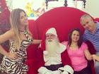 De vestido curtinho, Babi Rossi posa com família e Papai Noel