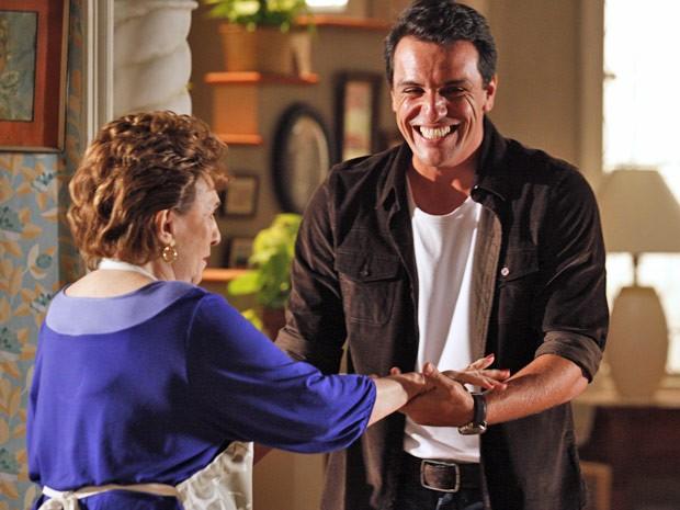 Théo tenta convencer a mãe que está tudo bem (Foto: Salve Jorge/TV Globo)