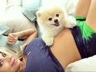 Karina Bacchi faz selfie com cachorro e mostra barriguinha de grávida