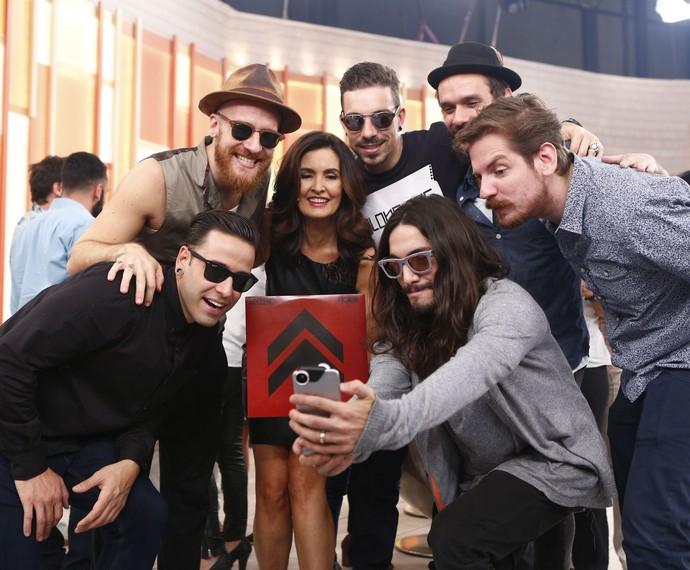 A banda NX Zero tirou uma selfie com a Fátima nos bastidores do programa (Foto: Fabiano Battaglin/Gshow)