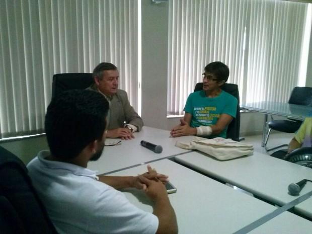 Deputado estadual Joaquim Ruiz (PTN) com a liderança do Sinprer (Foto: Divulgação)