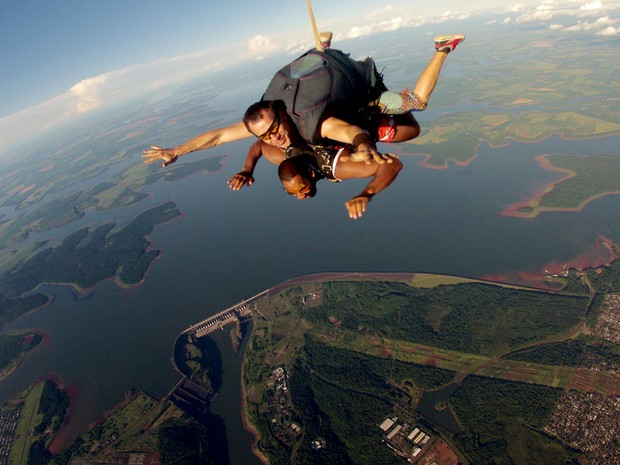 Saltos duplos de paraquedas - ou individuais para quem tem experiência - permitem ver de cima toda a área da Usina de Itaipu (Foto: SkydiveFoz / Divulgação)