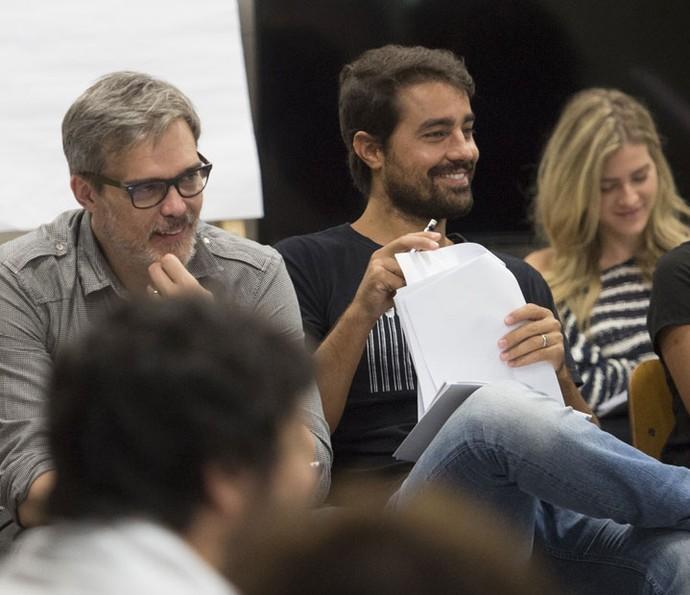 Dalton Vigh e Ricardo Pereira na leitura de capítulo com todo o elenco de 'Liberdade, liberdade' (Foto: João Cotta / TV Globo)