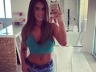 Nicole Bahls exibe curvas com shortinho e blusa cropped