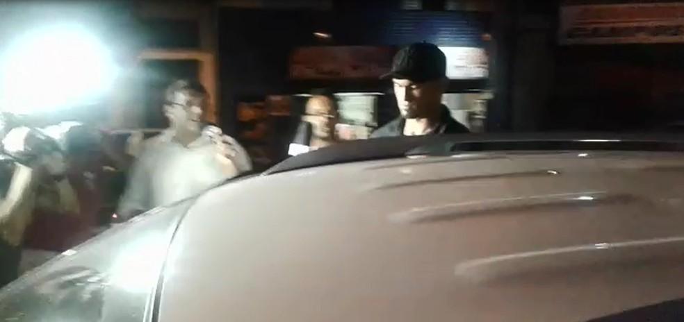 Goleiro Bruno se apresenta à polícia de Varginha, no Sul de Minas (Foto: Lucas Magalhães/EPTV)