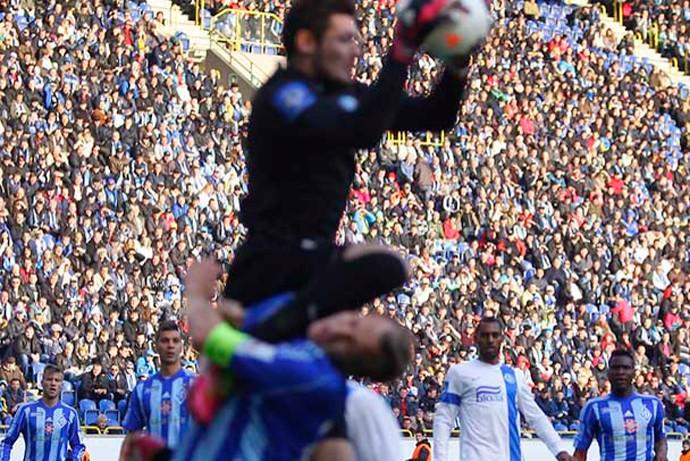 jogador salva vida de adversário em campo - Dinamo x Jaba Kankava, Gusev (Foto: Divulgação/Site Oficial do Dinamo de Kiev)