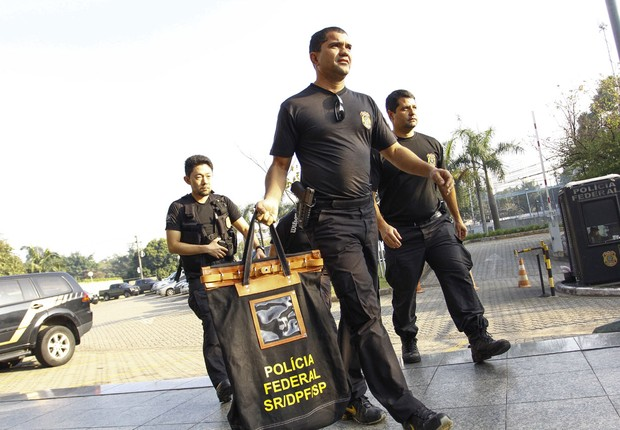 Agentes da Polícia Federal levam malotes com documentos apreendidos durante nova operação Lava Jato, chamada Sepsis (Foto: Aloisio Mauricio/Fotoarena/Agência O Globo)