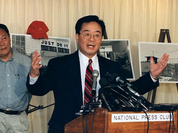 Foto de maio de 2000 mostra ativista dos direitos humanos Harry Wu em entrevista coletiva em Washington (Foto: Manny Ceneta / AFP)