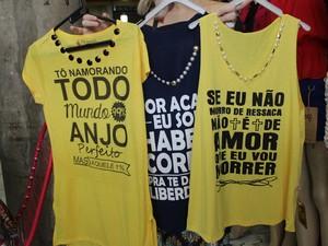 3c8675367 Blusas com frase do Weslley Safadão e criativas ganham o público (Foto   Catarina Costa
