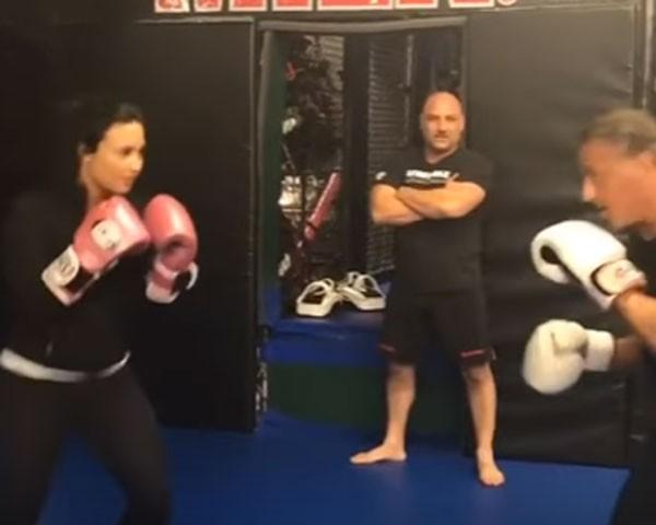 Demi Lovato luta com Stallone (Foto: Reprodução/YouTibe)