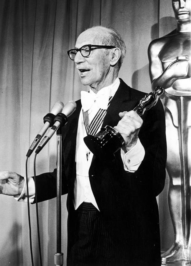 A lenda Groucho Marx recebe prêmio pelo conjunto da obra (Foto: Getty Images)